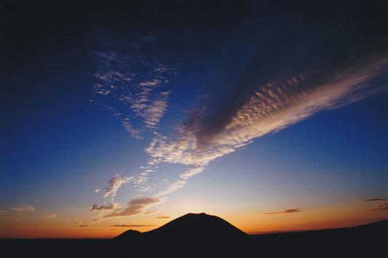 希望に輝く空と薬来山